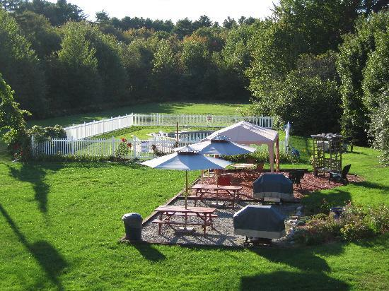 The Coast Village Inn &amp; Cottages: Outdoor pool and grilling area