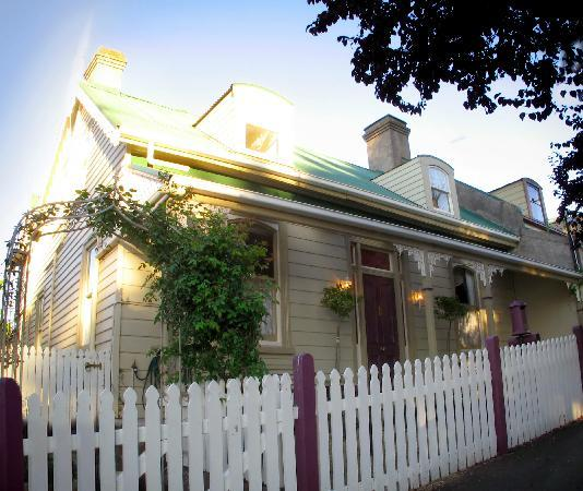 Ellie's Place: Heritage listed accommodation  opposite City Park Launceston