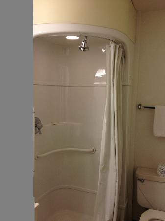 Motel 6 - Ventura Beach: The shower feels like a pod. You actually face the curtain to face the shower head.