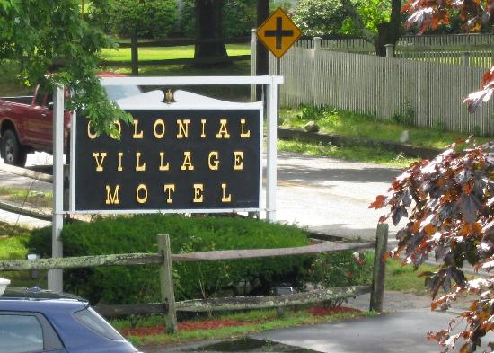 Colonial Village Motel & Cottages: The sign on the road