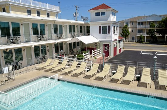 Marlane Motel: Pool and Coffee Patio