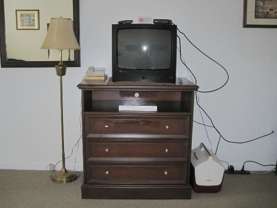 Chatham Highlander: TV on top of chest of drawers
