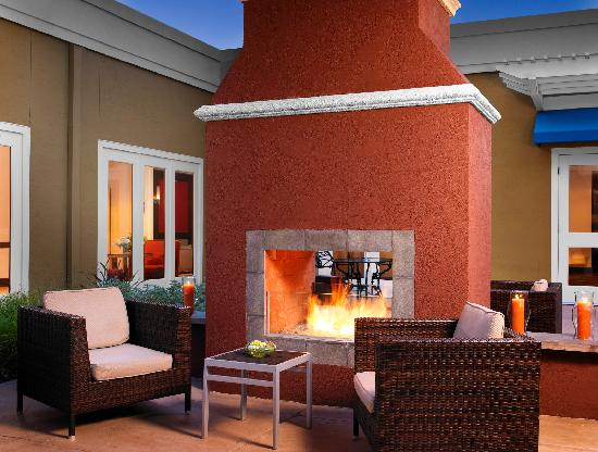 Four Points by Sheraton San Rafael: Outdoor Fireplace and Patio