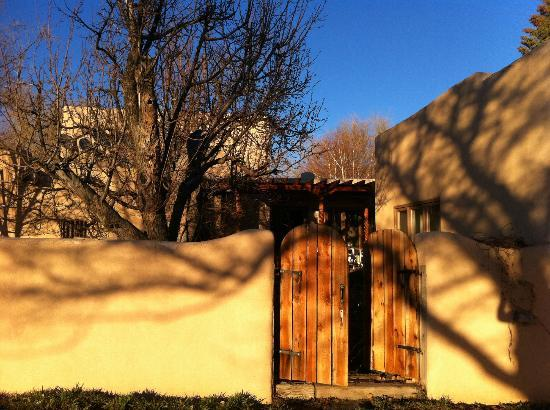 Taos Country Inn: Back gate