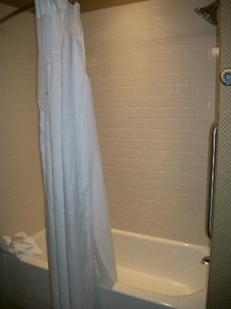 Holiday Inn Express Columbia: Tub/Shower