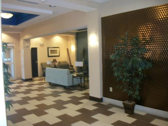 Holiday Inn Express Columbia: Seating area across from the check in desk