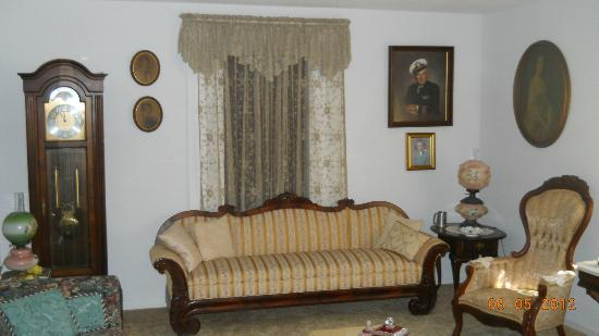 Booth Guest House: Parlor