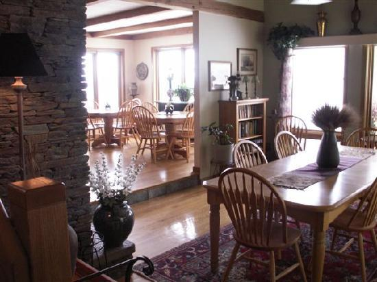 West Winds Inn: Enjoy breakfast in our spacious dining room or outside decks