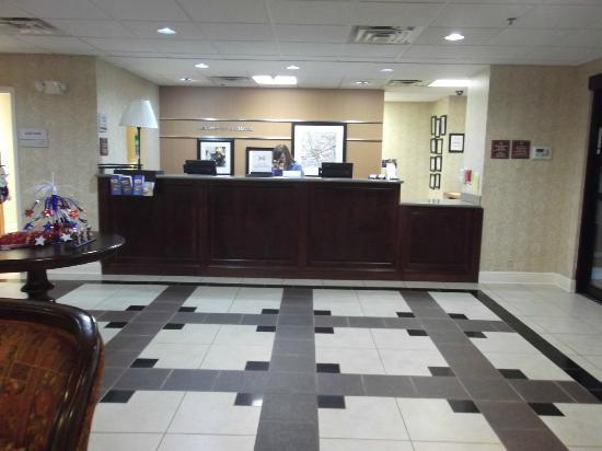 Hampton Inn Suites Valdosta Conference Center: Front Desk