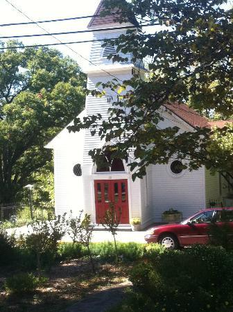 Mount Victoria Bed & Breakfast Inn: Church across the street