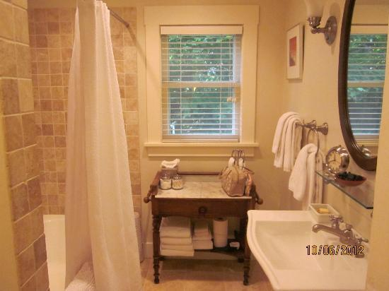 Seven Oaks Bed and Breakfast: Bathroom