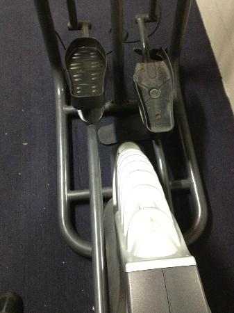 Pinnacle Apartments Canberra: Broken step on cross trainer