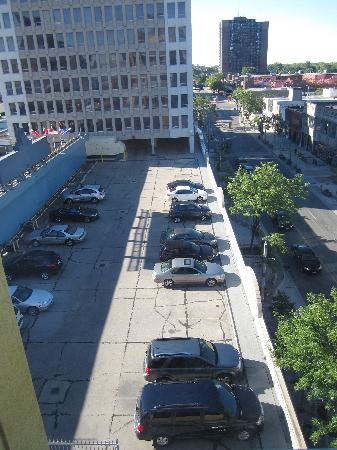 Holiday Inn Windsor Downtown: Above ground parking at the hotel