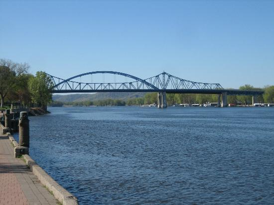 Radisson Hotel La Crosse: bridge to Minnesota from Riverside Park