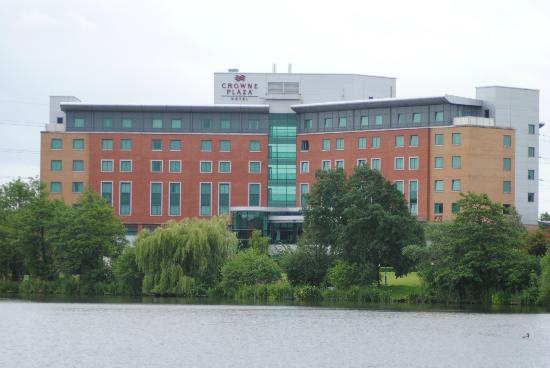 Crowne Plaza Hotel Birmingham NEC: Hotel from across the lake