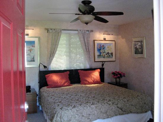 Bogarts B&B: Guest room from entrance