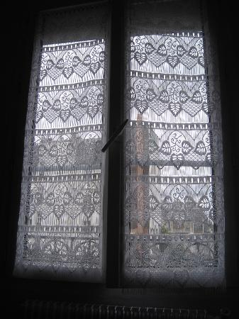 Hotel de la Terrasse: Lace curtains