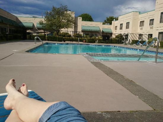 Country Inn & Suites Bothell: Nice place to soak in the sun... when it's out! :)