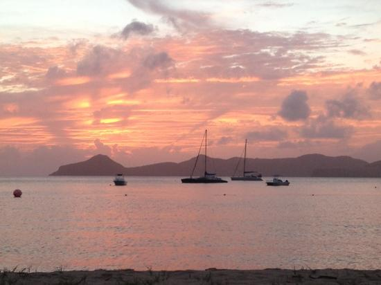 Oualie Beach Resort: Nevis sunset over St kitts from Oualie Resort