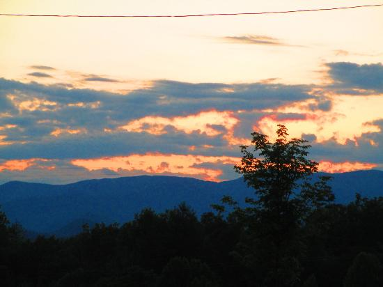 Microtel Inn & Suites by Wyndham Bryson City: Mountain at sunset, view from hotel