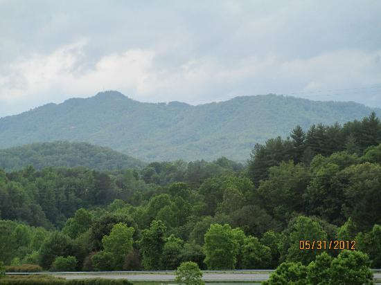 Microtel Inn & Suites by Wyndham Bryson City: Mountains in afternoon, view from hotel