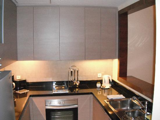 Oakwood Premier Cozmo Jakarta: Kitchen from the first apartment