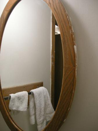 Water's Edge Motel: The bathroom woodwork was slopped with paint from the walls and wasn't finished.