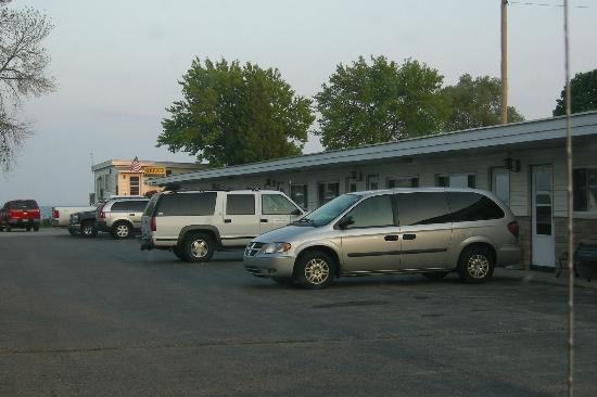 Water's Edge Motel: Parking lot - office is to the back right - end of the building