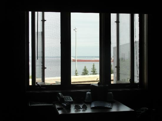 Voyageur Lakewalk Inn : The view from our window.