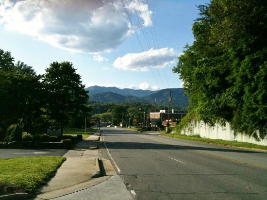 Sleep Inn: View towards Bryson City from hotel driveway
