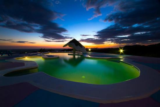 Two Brothers Surf Resort: Epic Sunsets from the pool!