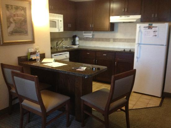 Staybridge Suites Chesapeake : kitchen in suite