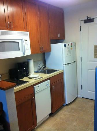TownePlace Suites Medford: Studio Queen Kitchen