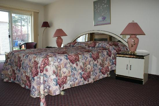 Americas Best Value Inn - Chalet Inn and Suites: one of the rooms