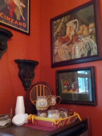 Hillcrest House Bed & Breakfast: Art work in dining area