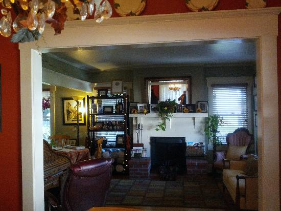 Hillcrest House Bed & Breakfast: Wide shot of the lounge area