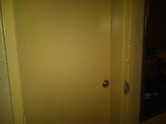 Beachside Resort Hotel: missin door
