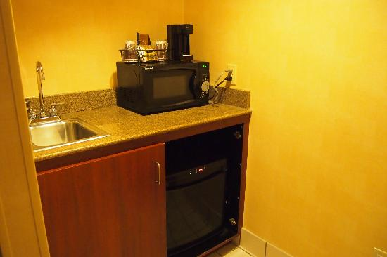 Courtyard by Marriott Detroit Downtown: wet bar area