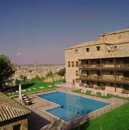 Parador de Toledo : Vista exterior del Parador y piscina de temporada 
