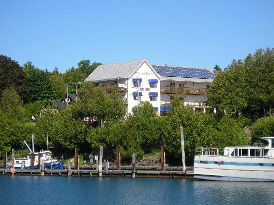 Tobermory Princess Hotel: Hotel from harbour