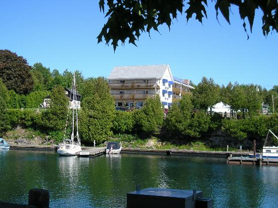 Tobermory Princess Hotel: Hotel from across harbour