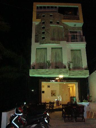Hotel Sea Breeze: hotel at night
