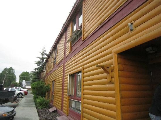 Long House Alaskan Hotel: The building has good motif,but is filthy. Notice the 2nd floor windows that are on the ground
