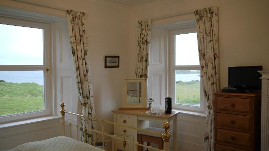 Laphroaig, UK: The furnishings were beautiful. We pulled back these gorgeous curtains to let in the views
