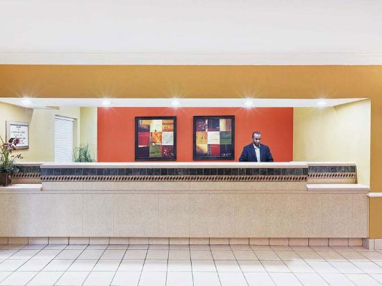 La Quinta Inn & Suites Houston Clay Road: Front Desk