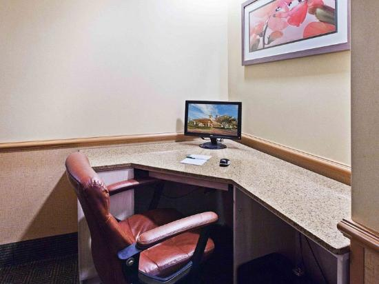 La Quinta Inn & Suites Houston Galleria Area: Business Center
