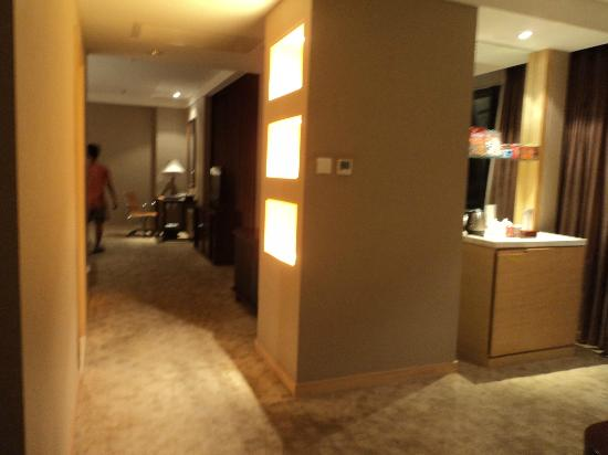 Baihuan Hotel: Walkway linking sitting area and bedroom area