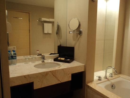 Baihuan Hotel: Bathroom