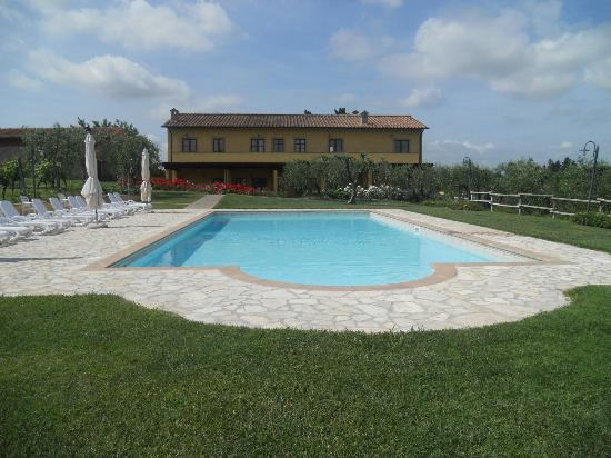 Agriturismo L&#39;Antica Fornace: pool and farmhouse
