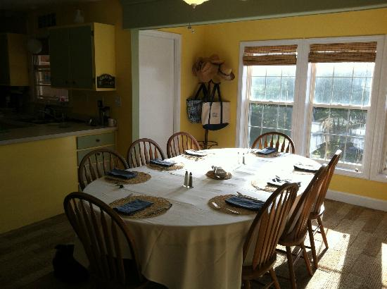 Cape Hatteras Bed and Breakfast: Sunny breakfast area